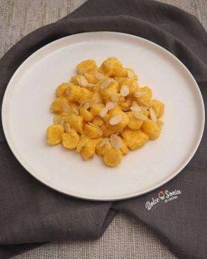 Gnocchi di carote al burro salato e mandorle